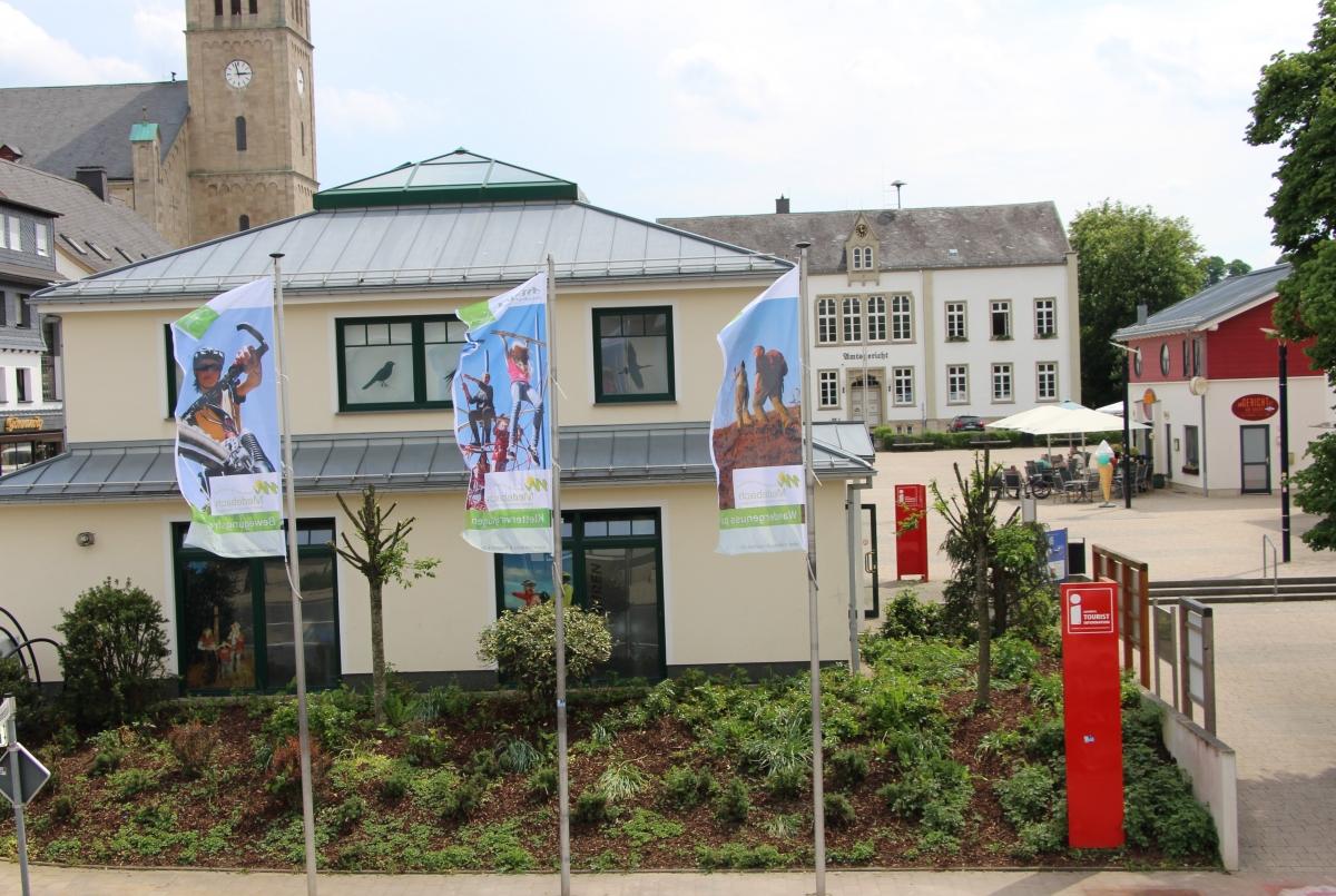Fahnen vor der Tourist-Info Medebach
